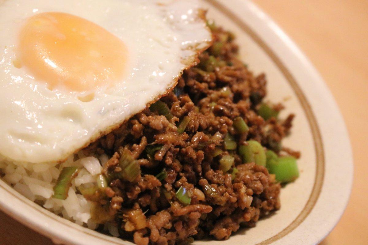 晩御飯なー。というわけで、今日買ってきた #五香粉 を早速使って、台湾の屋台風メシなるものを作ってみました。いただきます。🙂参考にしたレシピはこちら。→#ドイツで台湾料理#ドイツ自炊生活