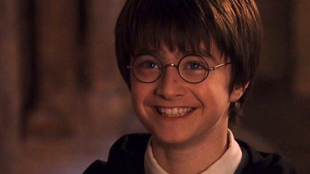 'Ele vai ser famoso, uma lenda. Vão escrever livros sobre Harry. Todas as crianças no nosso mundo vão conhecer o nome dele!' O corajoso Harry Potter, o eterno Menino que Sobreviveu, completa 40 anos hoje! Parabéns, Harry!🥳🎉 #HappyBirthdayHarryPotter https://t.co/u310md1UuP