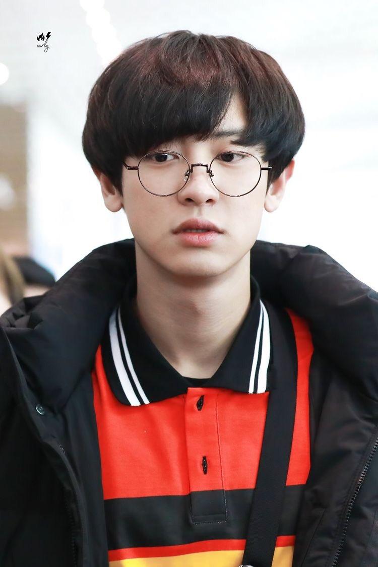 chanyeol looks so soft with glasses #찬열 pic.twitter.com/H5xFs5jSYU