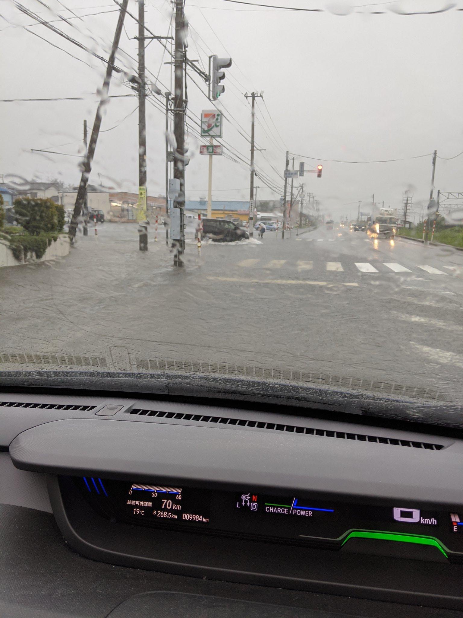 画像,金塚駅前冠水してる https://t.co/WKx4U3PMuR。