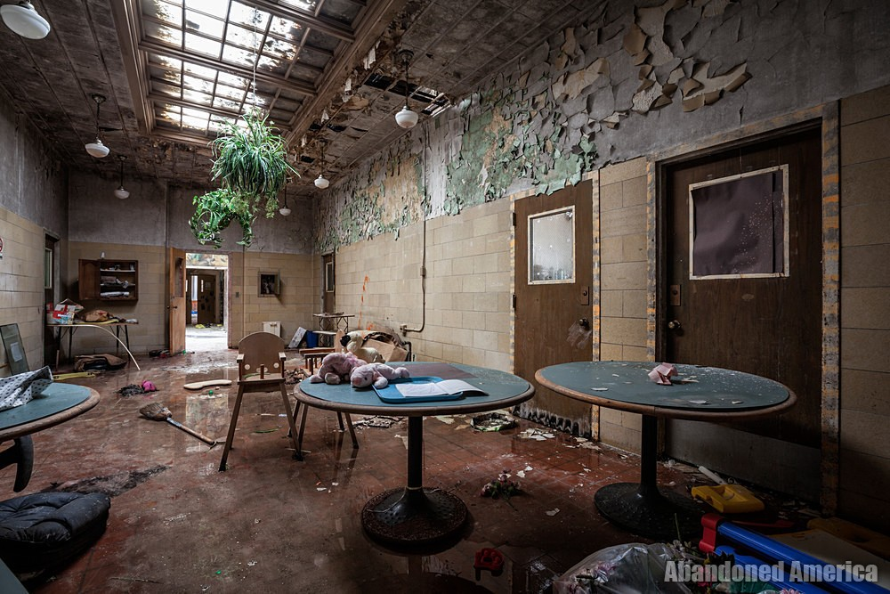 One of the buildings in the former Rockland State Hospital, mentioned in Allen Ginsbergs famous poem Howl, was turned into a daycare and then eventually abandoned again. Gallery: abandonedamerica.us/rockland-psych…
