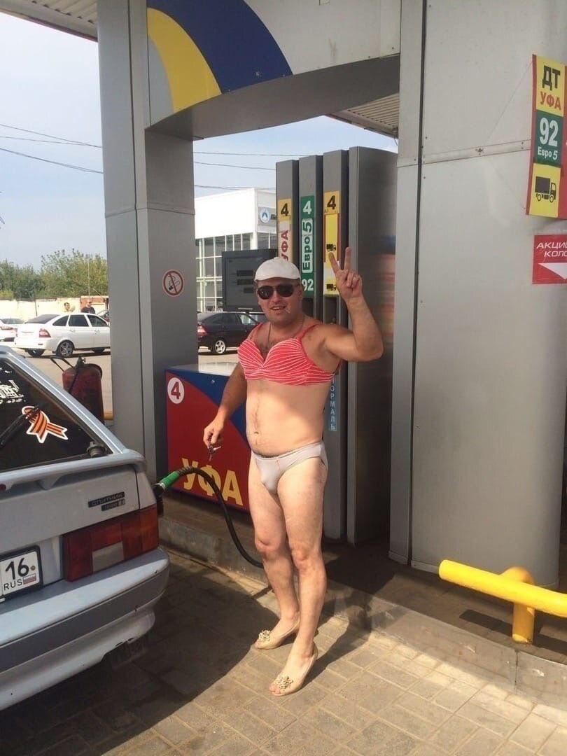 ビキニを着てきたらガソリン代が無料!?来るのはビキニを着た男ばかり!