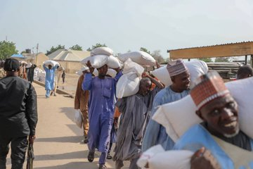 Governor Zulum Distributes 80,000 Food Items To IDPs Despite Attack
