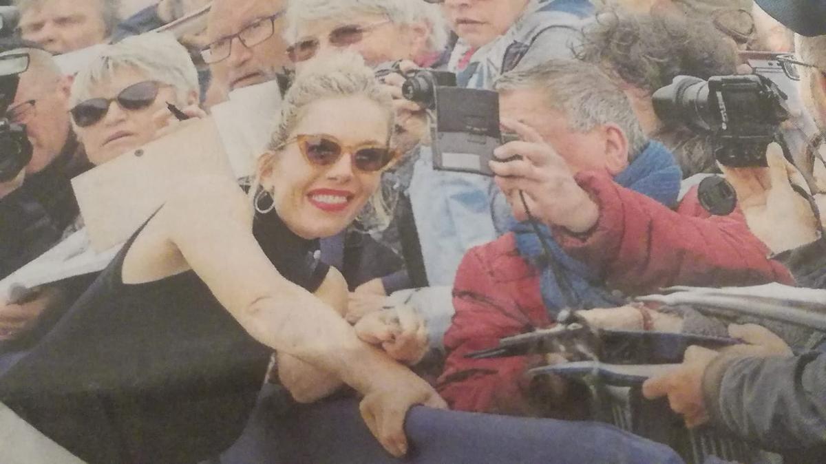 Un Jour , des Souvenirs #FestivaldeDeauville 2019 , aujourd'hui avec #SiennaMiller dont une photo dans #OuestFrance et l'Original par moi (une star par jour de 2019)   @tbarnaud @Jouxplane83 @FredOL69007 @PhS57070pic.twitter.com/Cik514aiv4