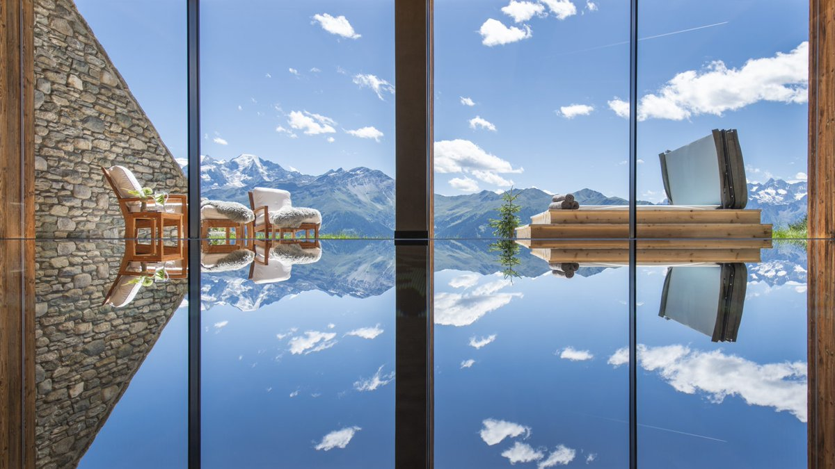 Chalet Calima's pool is perfectly positioned for a pristine mountain reflection, of the Swiss Alps. Feel closer to the mountains whilst enjoying a relaxing swim. View our list of the top 10 swimming pool views 👉 https://t.co/x4ErI2r1sk @TandCmag @TheLuxuryPools #mountainview https://t.co/9IpKBV08wZ
