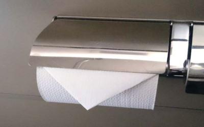 トイレットペーパーでの三角折りは、元々はホテルの客室の清掃が終了した事の合図として行われていた業界の習慣です。それが正しいエチケットだと思い込んでいる人もいますが、医療関係者によると普通の人がやる三角折りはむしろ大変不衛生なので絶対にやってはならないとの事です。