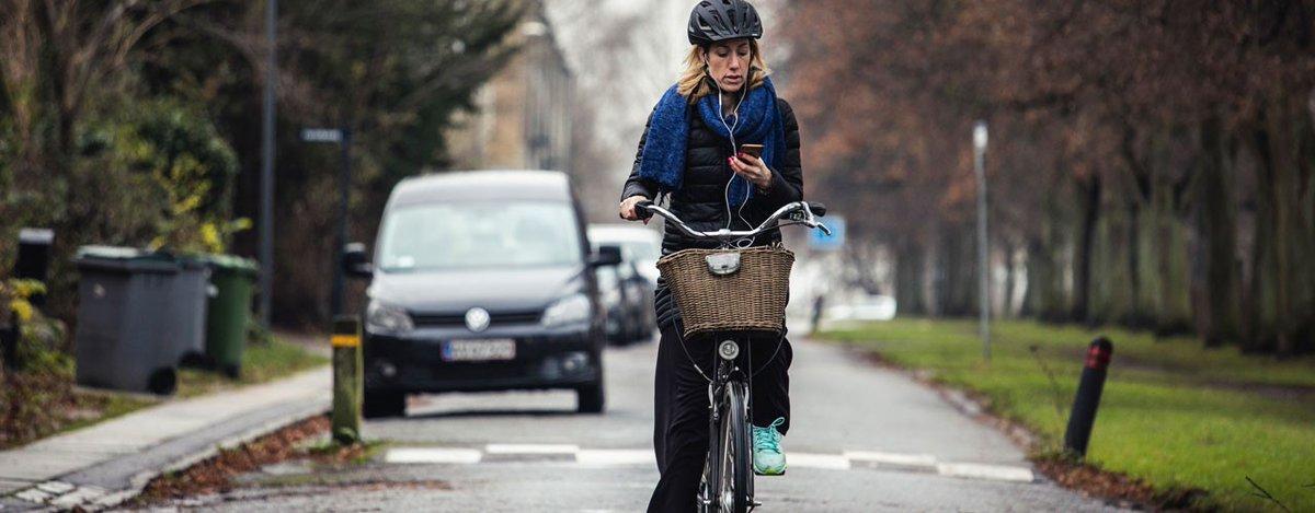 Skal du ud og cykle i dag? 🚴♀️  Så husk, at bøden for at bruge håndholdt mobil, mens du cykler, faktisk er 1.000 kr.  Og det er faktisk ikke så billigt at blive snuppet for. Kør cykel, når du kører cykel – og ha' en rigtig god tur. #sikkertrafik #politidk https://t.co/7cPkCFqbbq