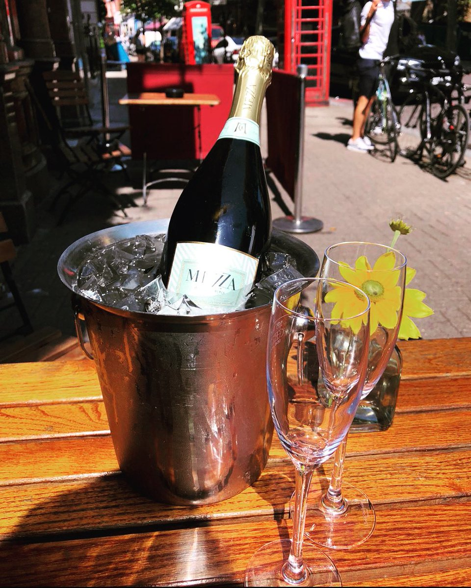 Get your Friday popping with bubbles in the sun 😉 🥂 ☀️  .  #fridayfeeling #northlondon #bubbles #prosecco #fridaymotivation #drinksinthisheat #northlondonpubs #drinkswithfriends #sunnyday #drinking #bottle #prosecco🍾 #proseccotime #pub #n1 #upperstreet #highbury https://t.co/qbPdjlwIaX