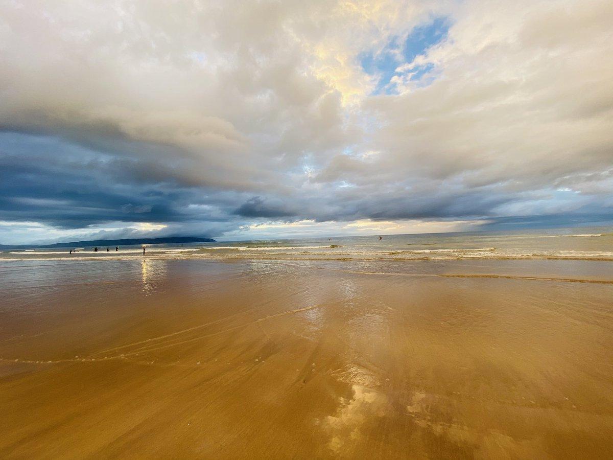 Last day of July on #Castlerock beach #Cloudy #sunset #stormhourpic.twitter.com/KPCsegaoCo
