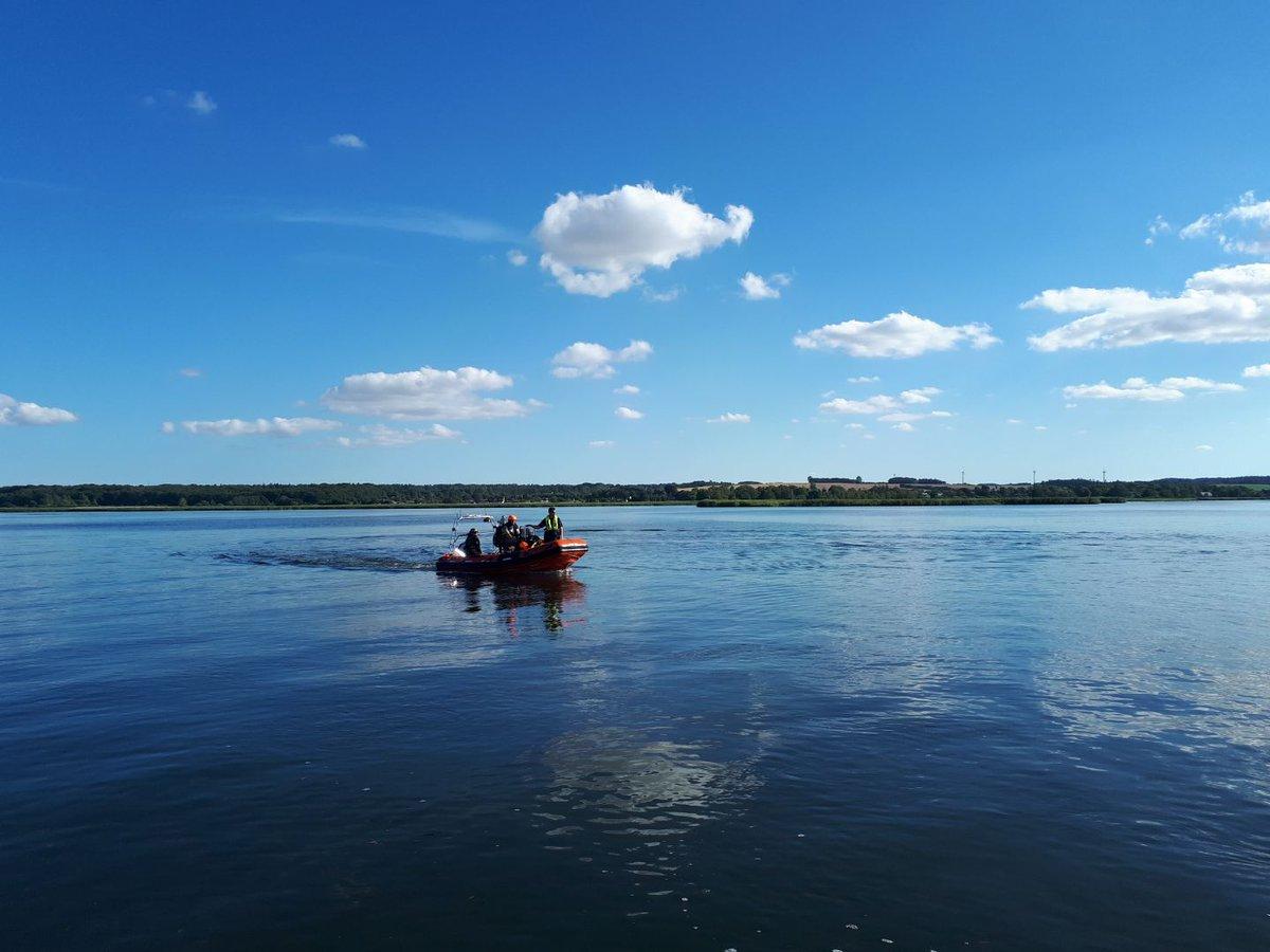 Pas på den knald-orange gummibåd ! Vi har lige nu vores maritime politifolk på Randers Fjord, hvor vi bl.a.  kigger på sikkerhed, hastighed, certifikat og forsikring. Pas på hinanden derude..... og sejl pænt. https://t.co/MfLzstVK6Y