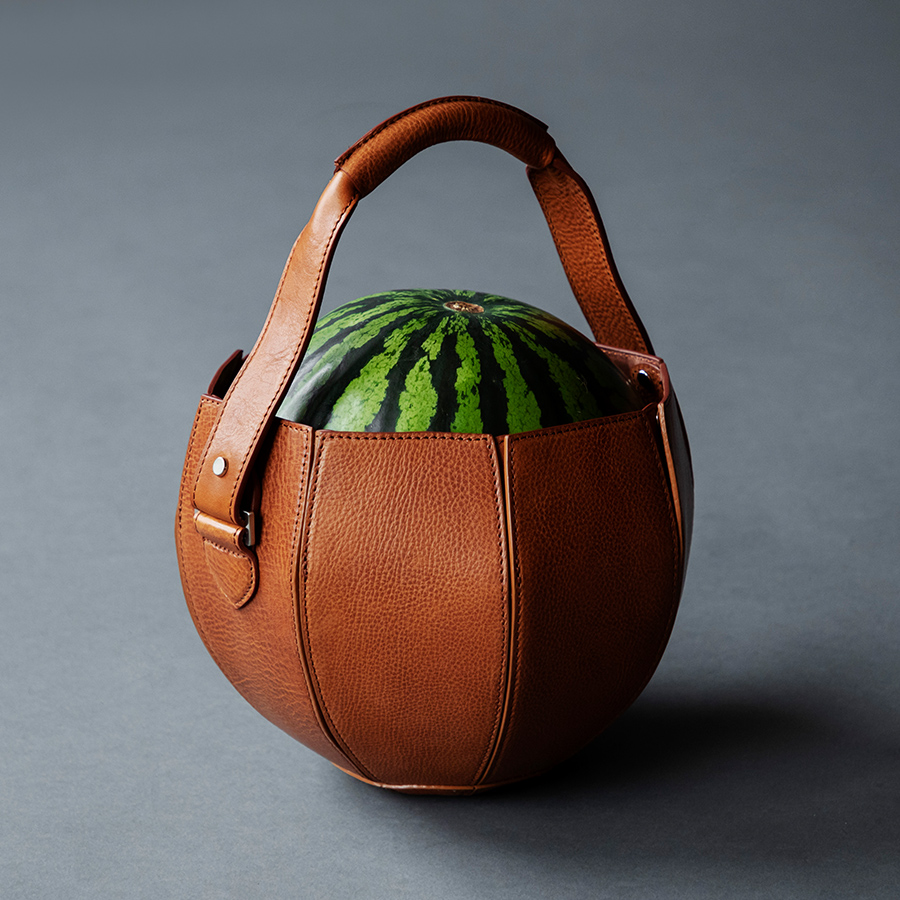 Japanese bagmaker Tsuchiya Kaban has created a leather bag specifically for carrying watermelons https://t.co/VQTfXjpZQ3 https://t.co/UwDXI7m2cW