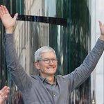 Image for the Tweet beginning: 애플이 최초로 기업가치 1조 달러를