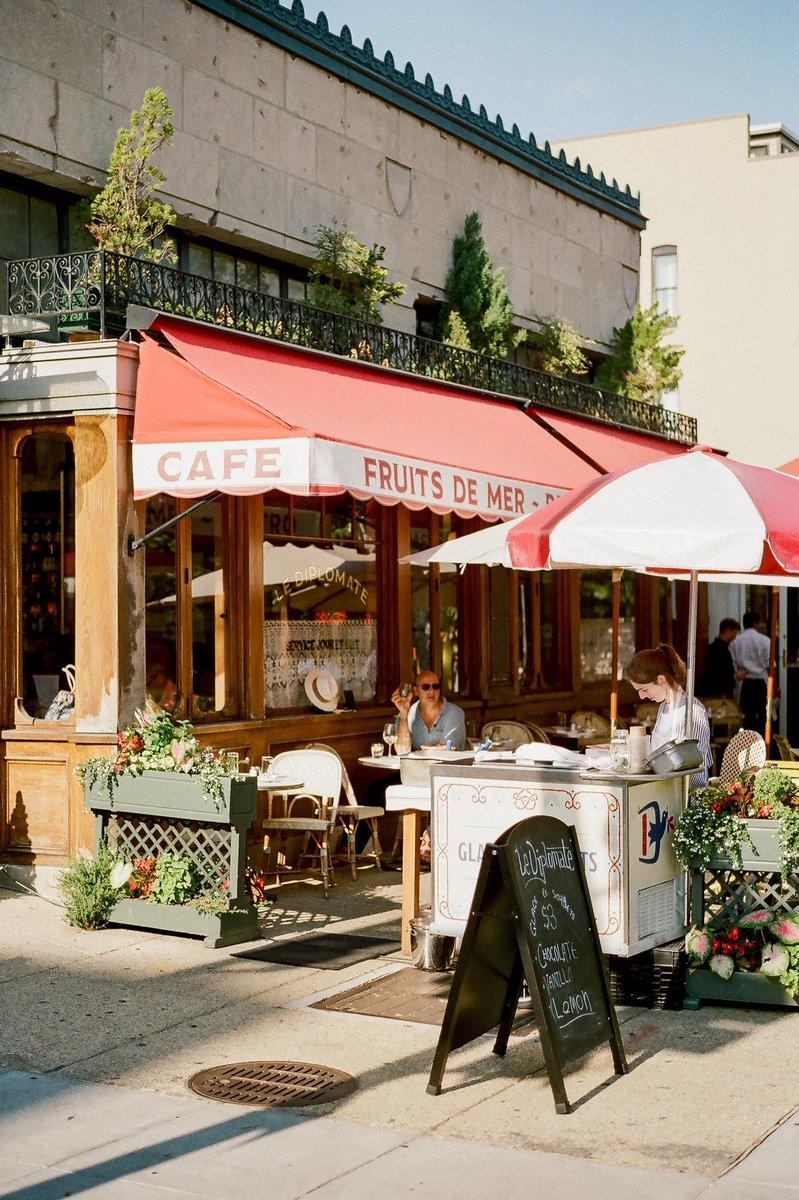 Summer cafe vibes  #35mm #kodakfilm #leicacamerapic.twitter.com/ZxM1nMhqUt