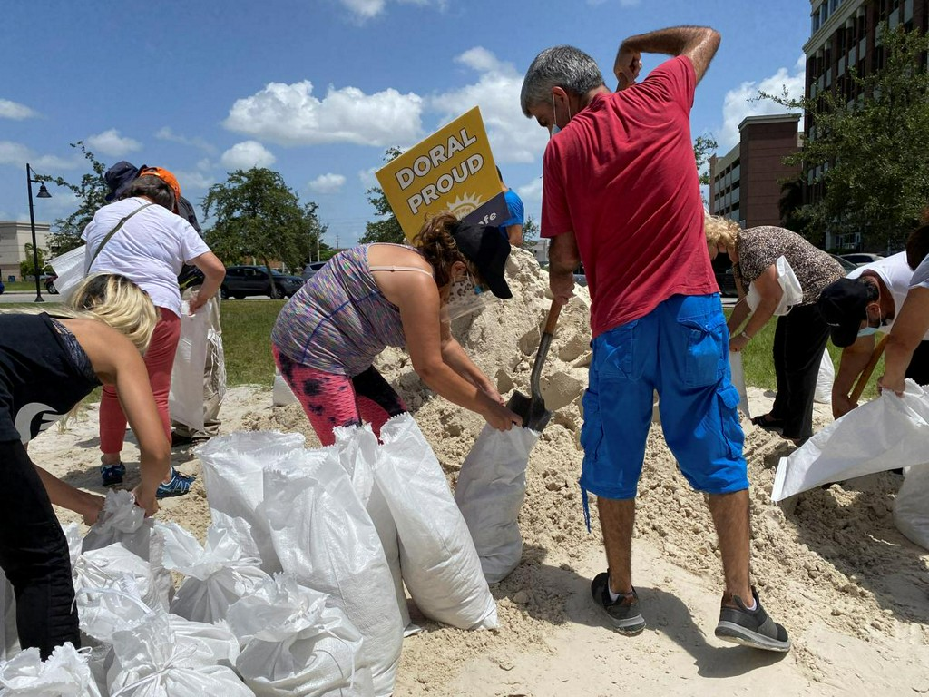 @Reuters's photo on Hurricane Isaias