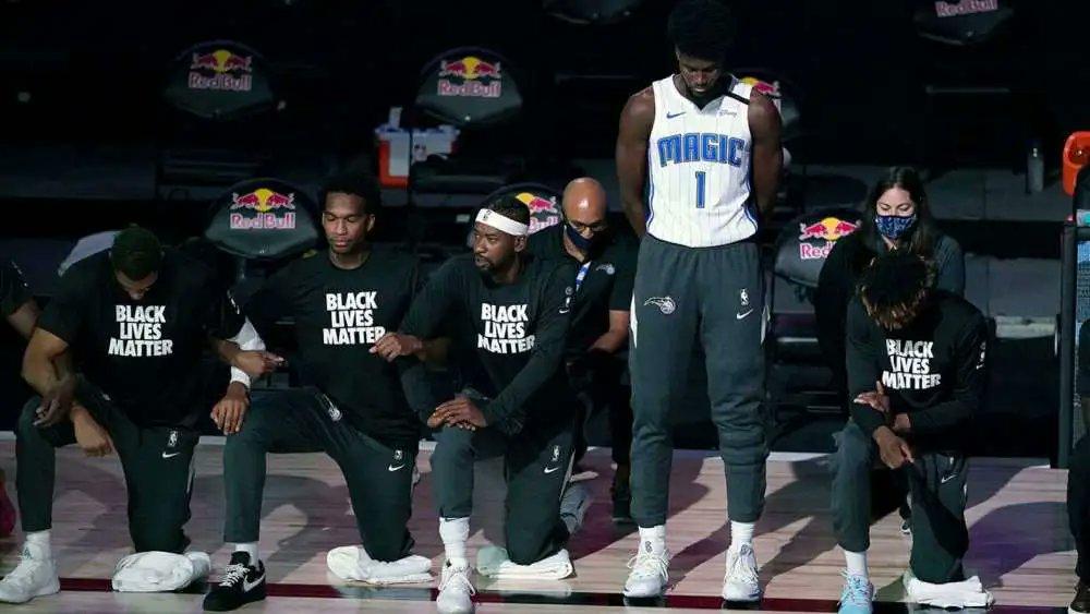 【影片】全隊下跪只有他一人站著!魔術22歲新星引熱議,球隊:尊重他的選擇!-黑特籃球-NBA新聞影音圖片分享社區