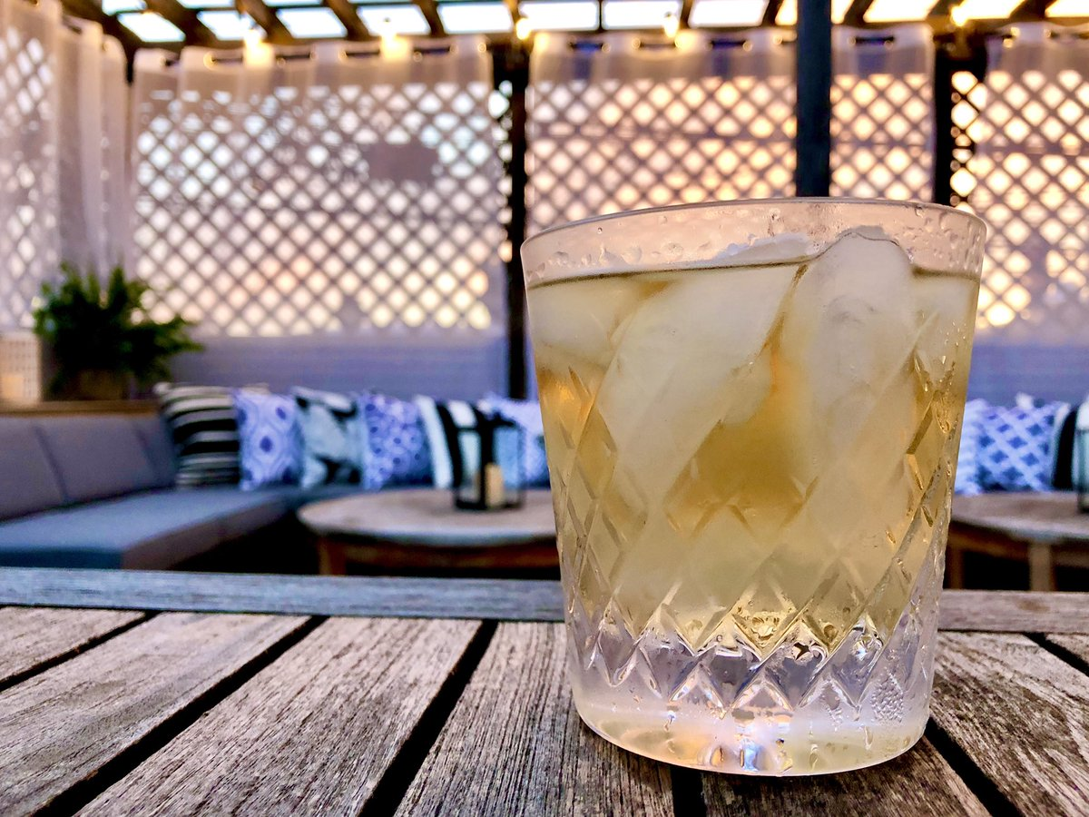 Living in the moment with the most dramatic sunset and a delightful Casamigos Anejo on the rocks...  #boozeporn #cocktails #tequila #sunset #patiolife @Casamigos https://t.co/UmwZgL4BMY