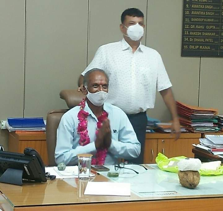 Retiring peon in Anand receives unthinkable, unusual honor on farewell day