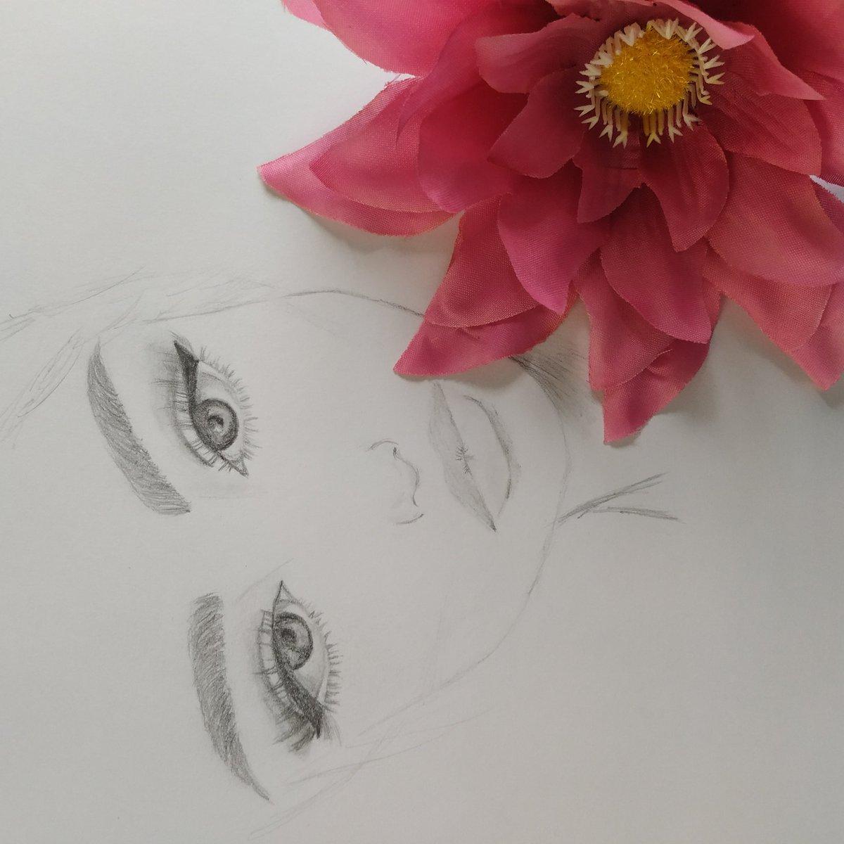 Buenos y floreados días.    #arte #dibujo #pintura #pincel #amarillo #girasol #art #painting #artist  #drawing #yellow #sunflower #brush #paintbrush # #girl #chica #lapiz #carboncillo #eyes #ojos #lips #labios #eyelinerpic.twitter.com/ocAB2Mlvdd