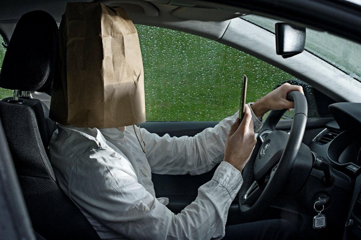 📌 Til bilisten:  Kører du 80 km/t og kigger på din telefon i fire sekunder, svarer det til at køre 89 meter i blinde.   Det er 89 meter, hvor du kan blive involveret i en ulykke. Kort sagt: lad mobilen ligge. Kør bil, når du kører bil. #politidk https://t.co/Bw21gGwyII