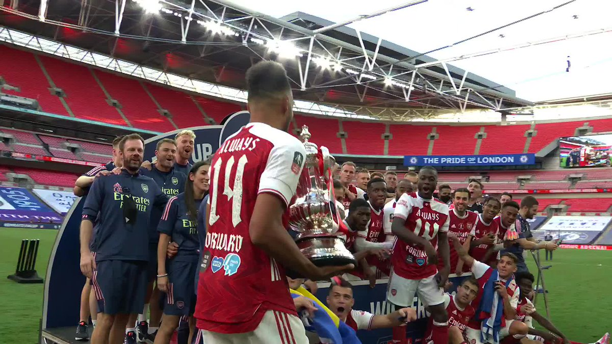 The smoothest trophy lift you're ever likely to see? We think so 😉 🤣 @Aubameyang7