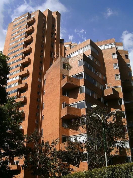 Torres del parque en Bogotá es un proyecto de renovación urbana desarrollado por el Banco Central Hipotecario BCH entre 1965-70, con viviendas para clase media alta; sector privado sólo, no puede https://t.co/dZgzBSCNEc