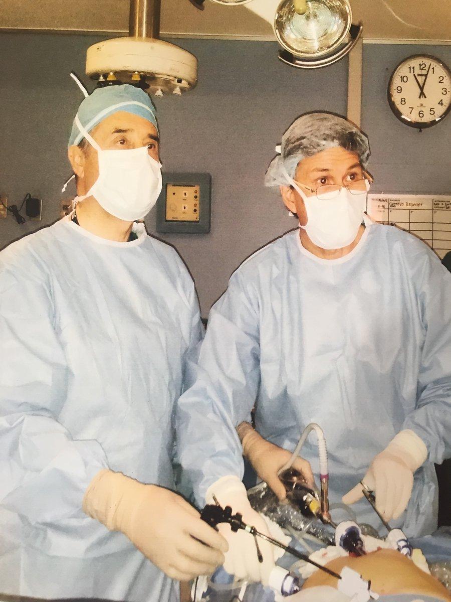 Hoy conmemoramos 30 años de la primera cirugía laparoscópica de colecistectomía (extirpación de vesícula biliar completa) en Chile. Un hito de @cliniclascondes que revolucionó la forma de realizar intervenciones quirúrgicas. Más info https://t.co/dQJQxgIDb8 #portivamosmasalla https://t.co/lzS2aXSqIc