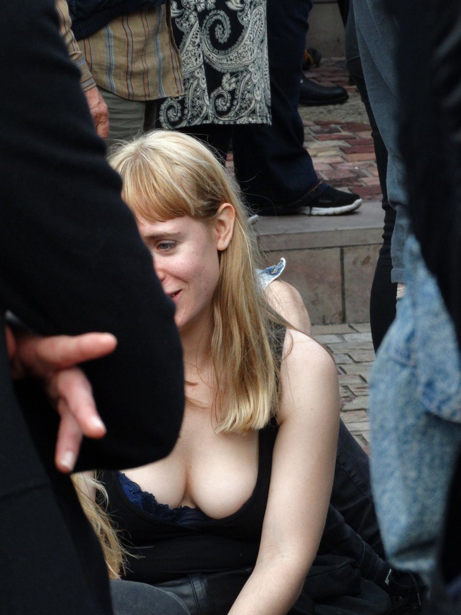Candid college girl cleavage