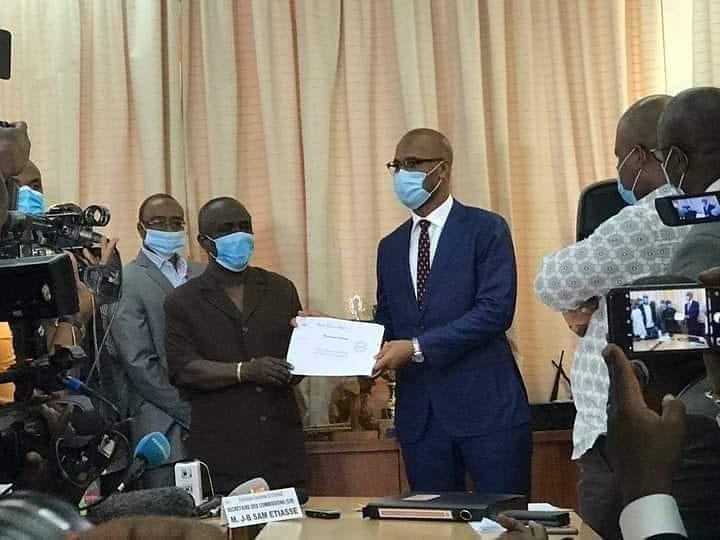 Football | Élection #FIF  @didierdrogba a déposé aujourd'hui sa candidature à la présidence de la Fédération ivoirienne de football. 🇨🇮 #RTISPORT https://t.co/O5RorI1i2V