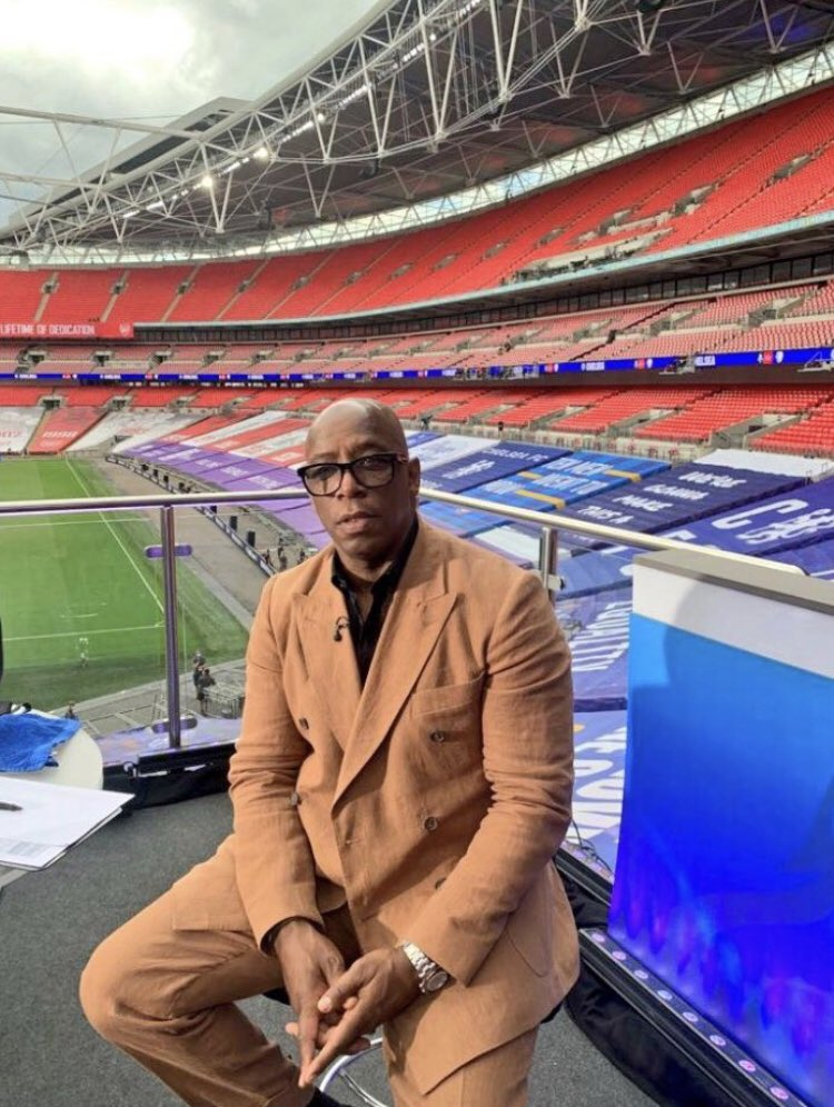 @Lord_Sugar @IanWright0 HIS SUIT LOOKS A SIMILAR COLOUR TO SAND FOR CONTEXT