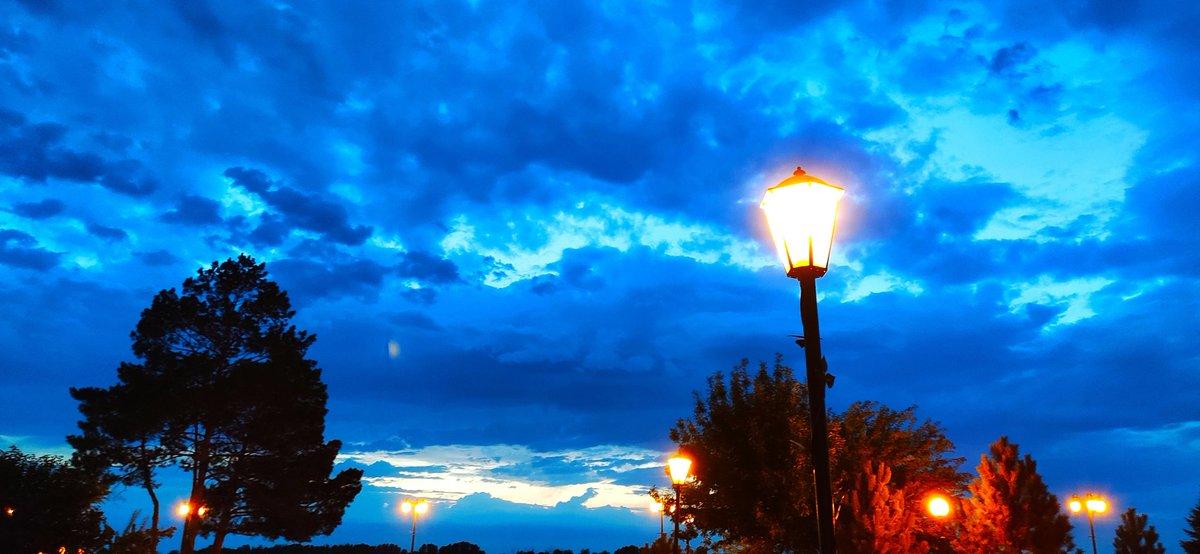 Небо. Фонари. Суббота. #Астрахань #фото pic.twitter.com/f09TbyD21B