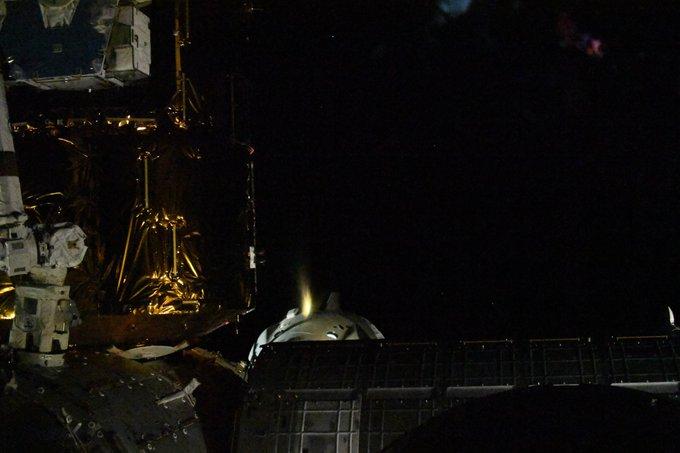 импульс двигателя Дракона / фото астронавта Криса Кэсседи
