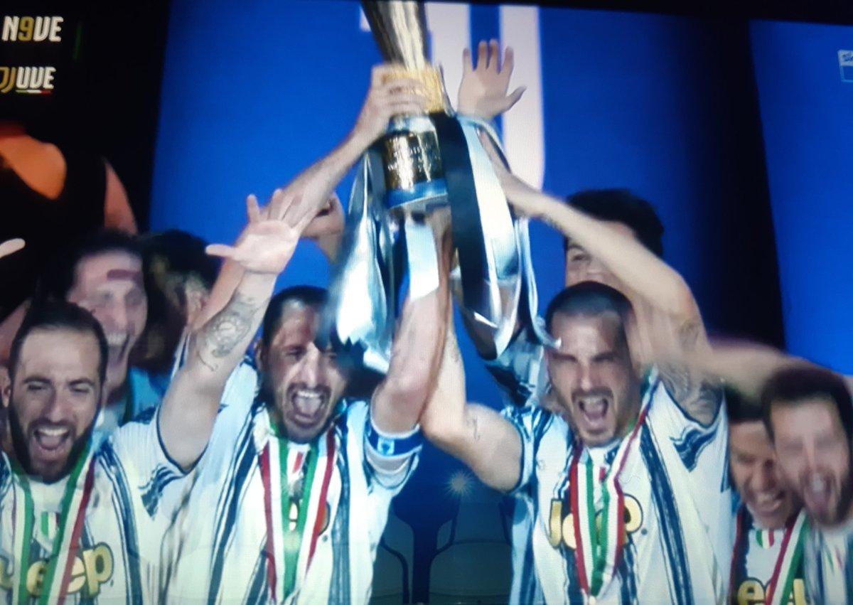 I CAMPIONI DELL'ITALIA SIAMO NOI 🏆🇮🇹 https://t.co/c52mYyVqww