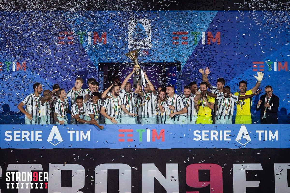 - Papà, com'è finito il campionato? - Il Milan ha vinto la classifica post lockdown. L'Inter, migliore difesa, ha preso 20 punti alla Juve in un anno. La Lazio ha il vincitore della Scarpa d'oro. L'Atalanta ha fatto 98 gol. La Juve è la peggiore dal 2012. - E chi ha vinto, papà? https://t.co/9QBen646XX