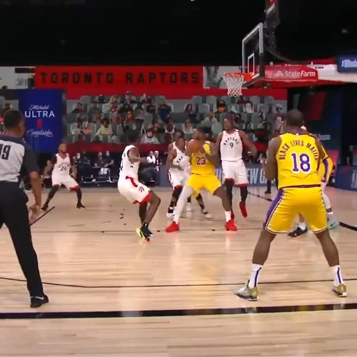 LeBron no-looks it to Dion for 3! ✨  📺: ESPN https://t.co/ep5iyqnhrO