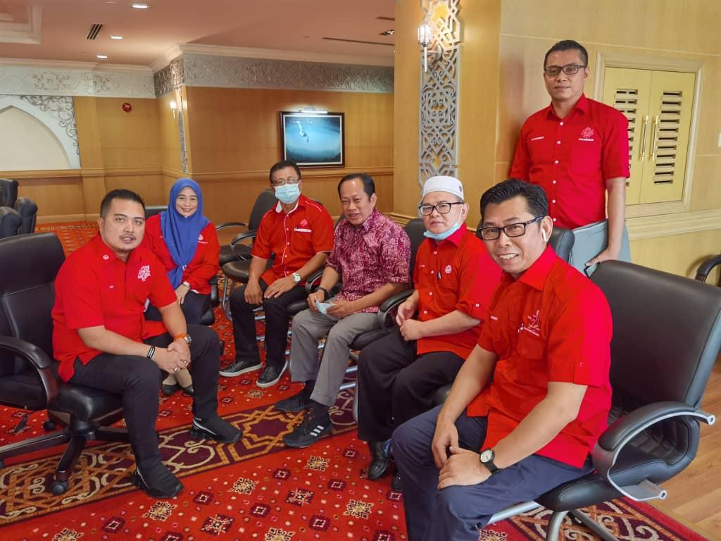 Setiausaha Agung UMNO pusat, Datuk Seri Ahmad Maslan dan Ahli Parlimen Kimanis, Datuk Mohamad Alamin turut hadir dalam mesyuarat ini, dijangka UMNO Sabah akan menetapkan jumlah kerusi dipertandingkan pada PRN pada hari ini. @501Awani #Malaysia2020 #PolitikSabah #HapusCOVID19