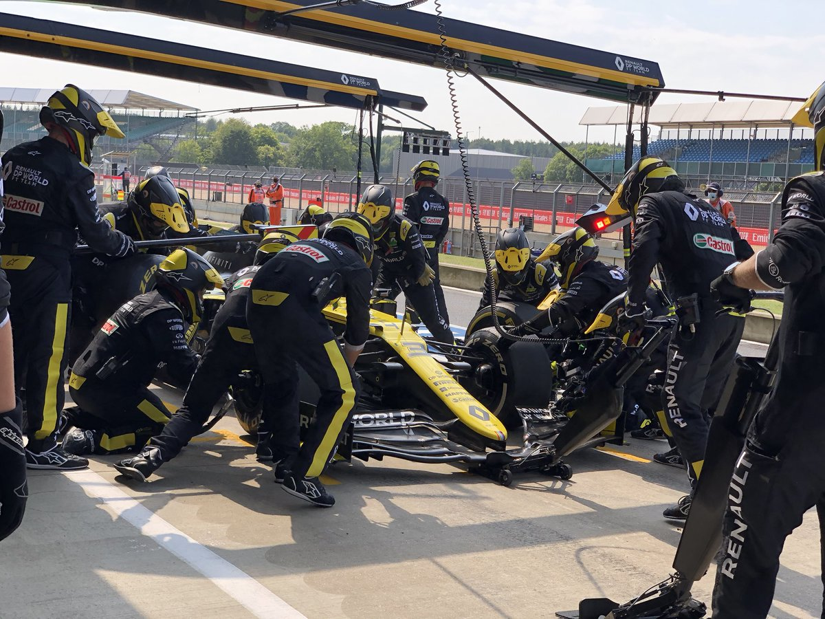 Lap 36 // Third pitstop for Daniel, needed after his spin unfortunately. The crew fit a used set of Mediums.   #RSspirit #F170 https://t.co/R1IyTNyV0q
