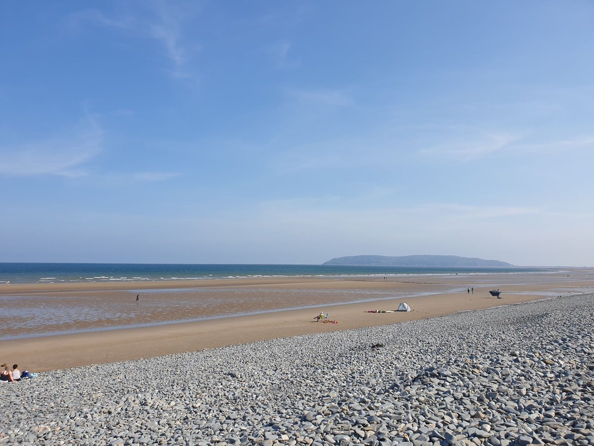 We stopped off at Penmaenmawr beach for a bit on the way back. I know it from my 'Regional Manager' days running the North Wales Coast. I used to pull over here & have 30 mins reflection time, eating my fish & chips  #stunning pic.twitter.com/Gbpp7kQGwr