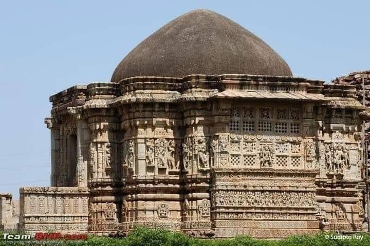 Amazing workmanship, traditionally carved walls, beautiful statues but with a dome.  What it is..?   This is an old Hindu Temple in Chittor converted into a mosque by Mughals. https://t.co/bn31GulT3h