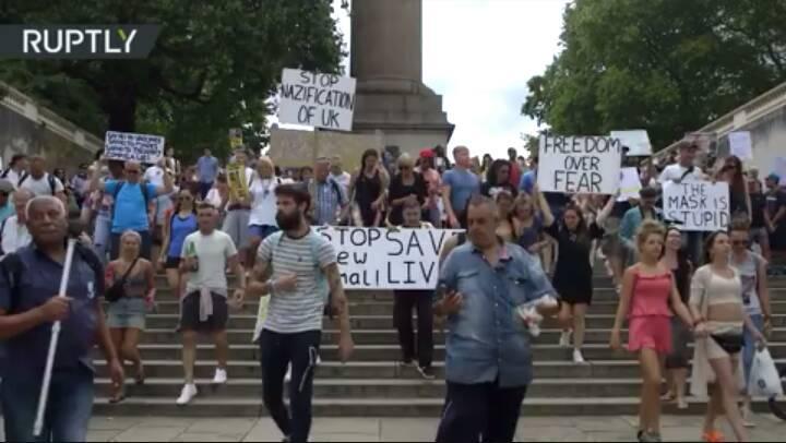Dopo Berlino anche a Londra la gente scende in strada contro lo stupido obbligo delle mascherine. Da noi quando succederà? Forse sta già succedendo. Con la Movida, per esempio, che però possono ritorcercela contro.  https://t.co/NpEl19xERu https://t.co/Lc6zbKgGQS