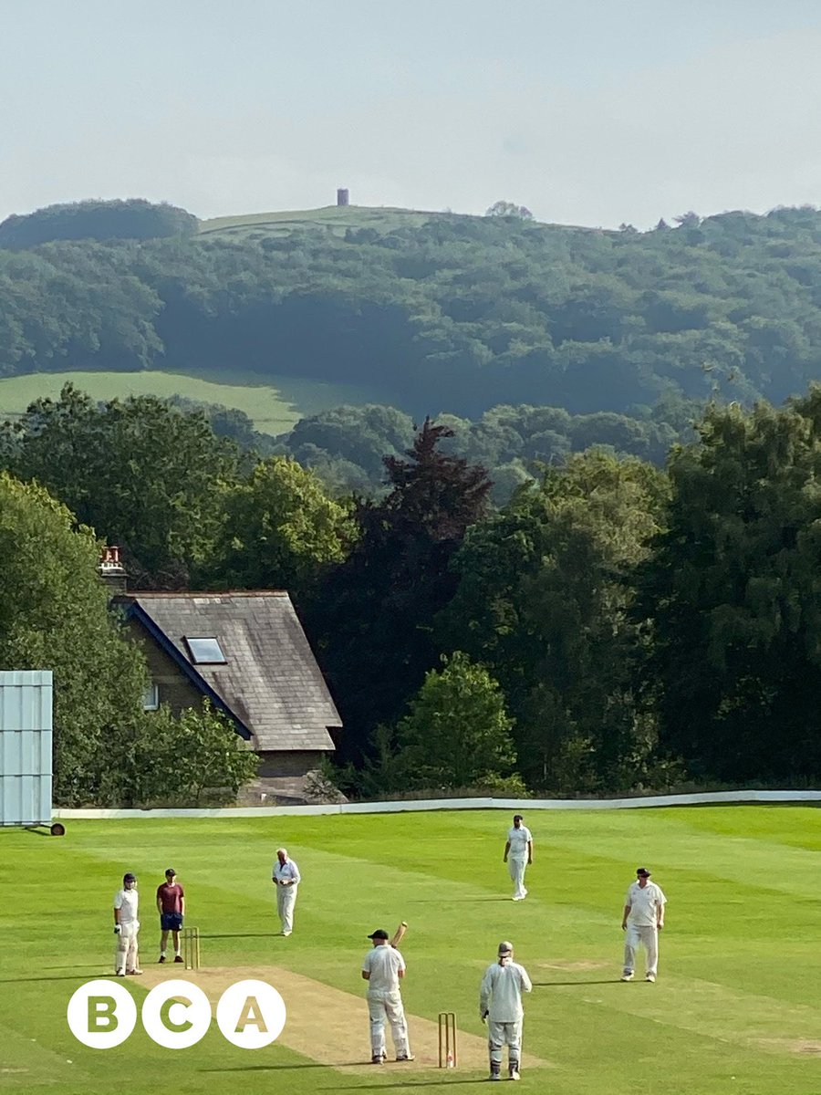 What an idyllic #BuxtonGlimpse this afternoon! Buxton Cricket Club with Solomon's Temple and BCA Grin Low Wood on the horizon. Not a bad town centre cricket pitch! #Buxtonpic.twitter.com/oLAMQgiA3M