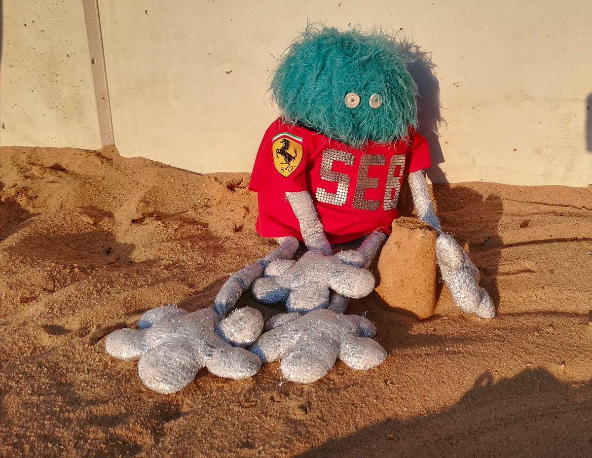 Zamki z piasku jak marzenia Ferrari o mistrzostwie. Ech... #ElevenF1 Przecież lepsze czasy muszą w końcu nadejść 🤔 https://t.co/ht9Lbfk0h0