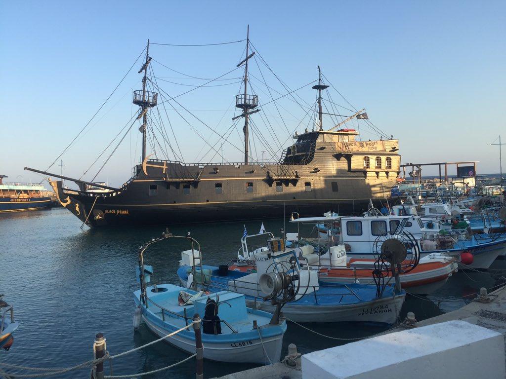 Le navire 𝘉𝘓𝘈𝘊𝘒 𝘗𝘌𝘈𝘙𝘓  #PiratesoftheCaribbean pic.twitter.com/YNMA4at4nG