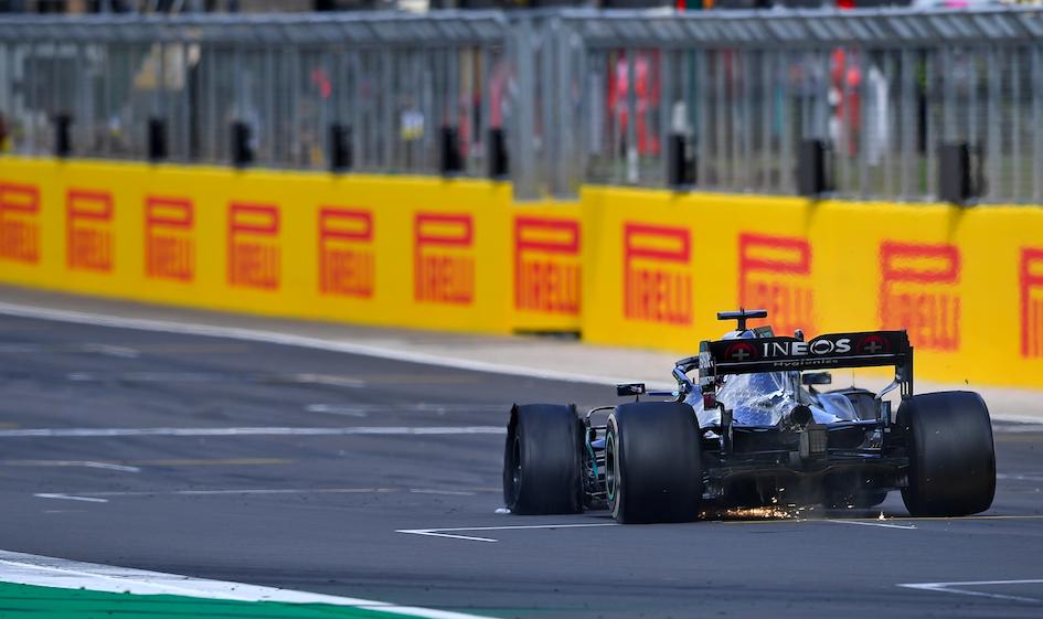 Lewis Hamilton wins the #BritishGP with three wheels.   What a finish 🤯 https://t.co/MEgieZ1NBi
