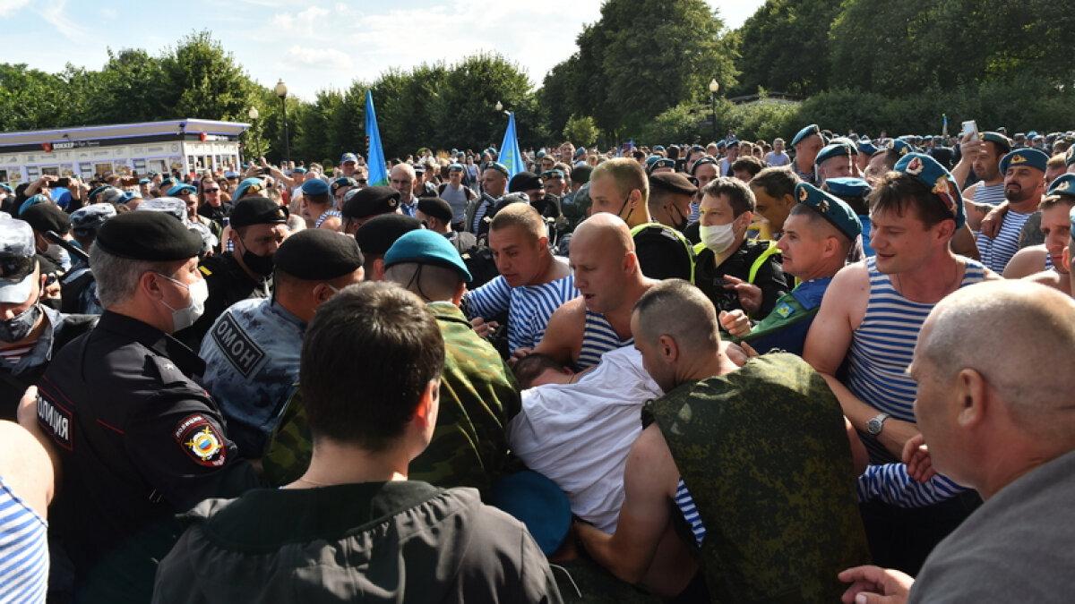 Отметили праздник хорошей дракой в Парке Горького. Мушкетеры против