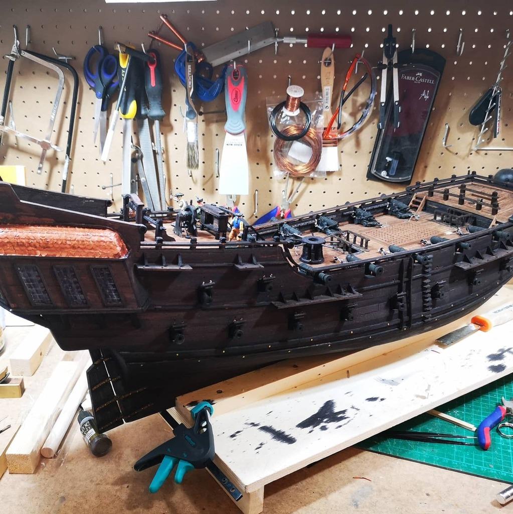 Casi completada la cubierta del Perla Negra  #modelismo #modelismonaval #perlanegra #piratasdelcaribe #piratesofthecaribbean #blackpearl #woodenships #modelism #hechoamano #handmade #pirates #boat #boatbuilding #pasoapaso #howto #ship https://instagr.am/p/CDZMGs6hG6l/pic.twitter.com/lIrfhUVU9N