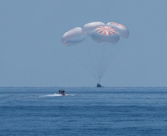 Приземление Дракона с космонавтами на воду