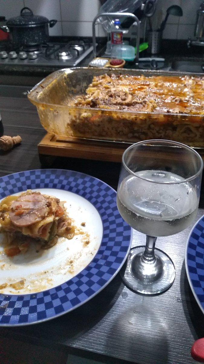 #F1naGlobo como @LewisHamilton ... Na cozinha busco TB buco a perfeição... Lasanha com lombo defumado suíno, presunto, mussarela, berinjela, pimentão, tomate, parmesão, c/ molho de carne bovina com louro e  orégano e um frisante Moscatel. https://t.co/XMg1Sgy8F0