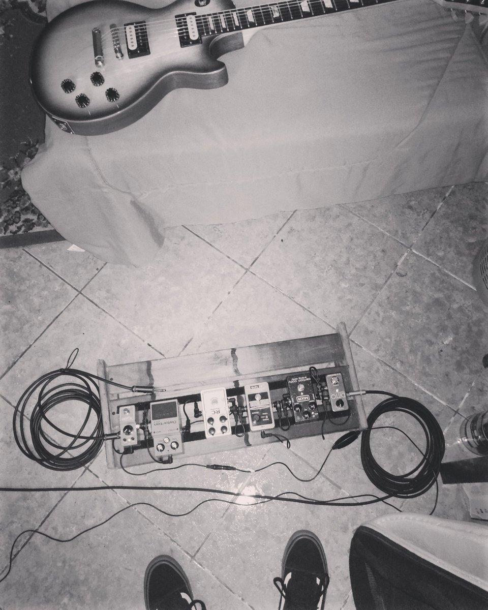 Fue bello día arreglando el hardware de la pedalboard! . . . . .   #fenderstratocaster #gibson #guitarsdaily #quevasakalarpic.twitter.com/yuPS4NO3HX