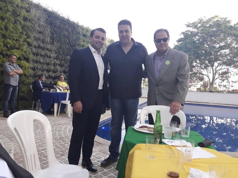 Amilton Kufa e Leonardo Andrade (no meio) e NEHEMIAS GUEIROS, no churrasco de confraternização da Campanha, no bunker do Jardim Botânico na casa do @PauloMarinhoRio , dia 23.10.18, cinco dias antes da vitória definitiva de Bolsonaro . https://t.co/XxS2m4h6YZ