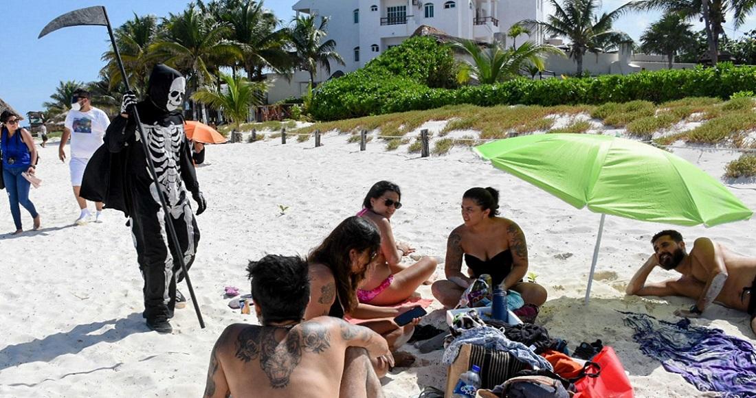 """FOTOS: """"La muerte"""" ronda Puerto Morelos, QRoo, para exhortar a los turistas a abandonar playas sinembargo.mx/02-08-2020/383…"""